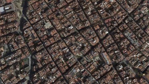 L'Hospitalet de Llobregat, el barrio más denso de Europa, al oest...