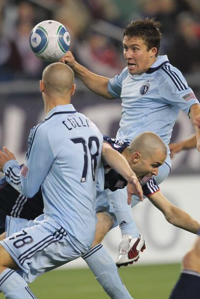 La zaga del Sporting trató de detenerlo por todos los medios.