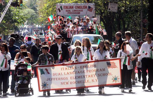 Más de 35 mil parranderos desfilan cada año para celebrar el Descubrimie...