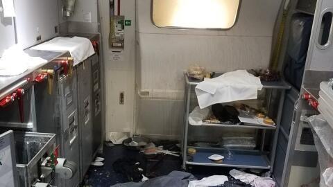 Imagen que muestra cómo quedó la cabina del avión t...