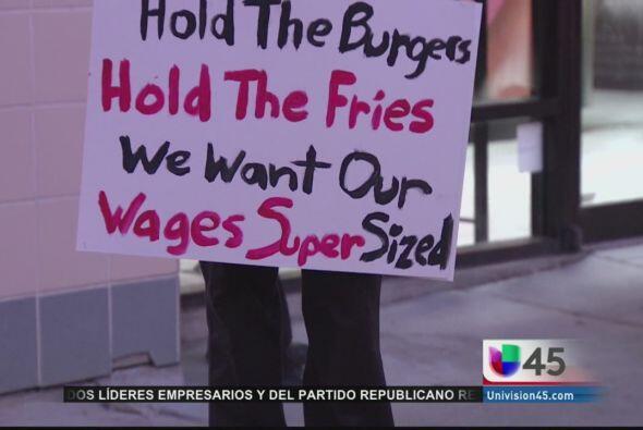 Miles de trabajadores de restaurantes de comida rápida en todo el país e...