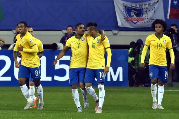 La selección de Brasil superó de último minuto a Perú con un gol de Doug...
