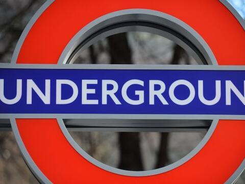 Los trabajadores del metro de Londres secundan este miércoles una...