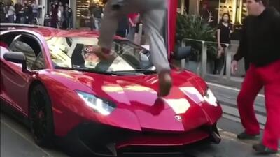 Mike Bowen, con pantalones rojos, observa cómo el agresor camina...