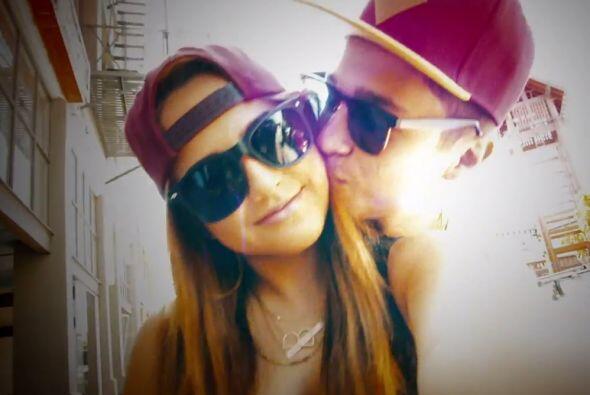 ¡Enamoradísimos! Austin le da besitos a Becky a lo largo del clip.
