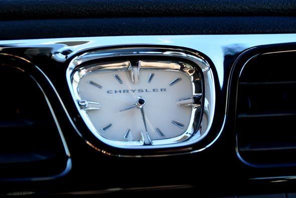 El reloj en el centro del tablero es un punto focal para el diseño de to...