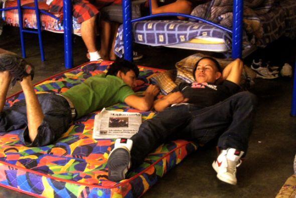 Mientras algunos descansan, otros ocupan algún tiempo libre en ver telev...