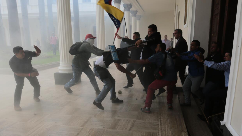Diputados opositores luchan contra miembros de colectivos chavistas en l...