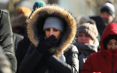 Una mujer camina abrigada en Nueva York
