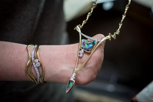 Ella dirige su empresa llamada Annette Gabbedey Designer Goldsmith.