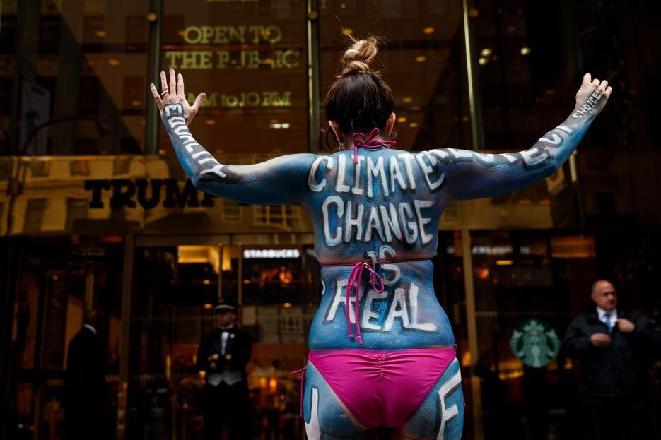 """""""El cambio climático es real"""" se pintó en el cuerpo esta manif..."""