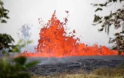 La lava continúa su rápido avance. ¿Por qué...