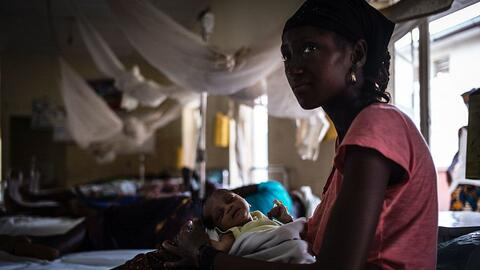 Una madre en una sala maternal de un hospital en Sierra Leona, durante e...