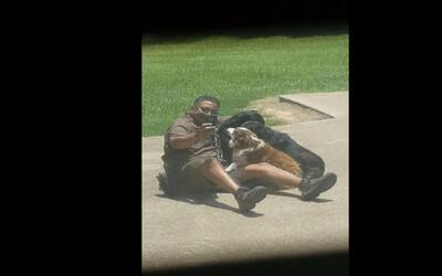 Captan el adorable momento en que un repartidor de UPS se toma un selfie...