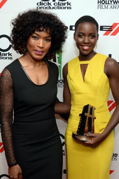 Angela Bassett le entregó el premio a Lupita Nyong'o.Mira aquí los video...