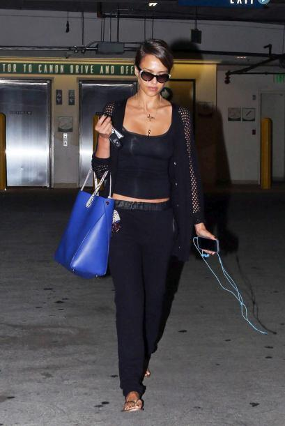 Sin un amplio bolso tipo cartera, Jessica no sale a ningún lado, pues en...