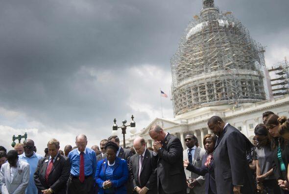 Frente al Capitolio, congresistas guardan un minuto de silencio por las...