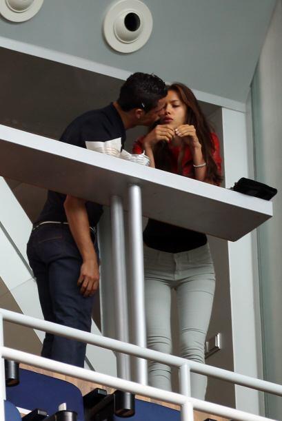 Mientras tanto Cristiano Ronaldo disfrutaba de su novia en el palco...y...