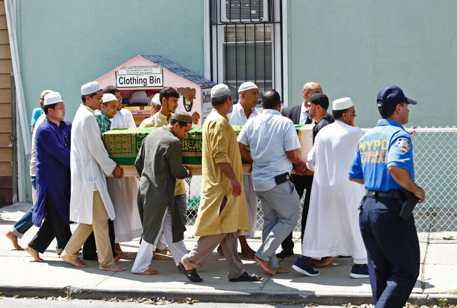 El féretro del imán Maulama Akonjee fue cargado hacia el interior de la...