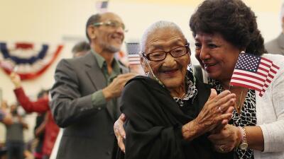 Maria Rosario Corrales abraza a su madre, Juana Hernandez de 101 años y...