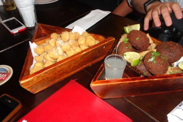 Deliciosas botanas de queso y otras de carne y frijoles, típicas de los...