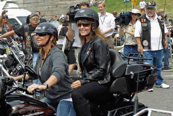 Un paseo en Harley-Davidson para iniciar lo que parece ser su campaña pr...