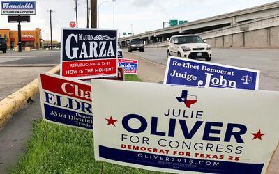 Carteles de campaña en una calle de Austin, Texas, el día...