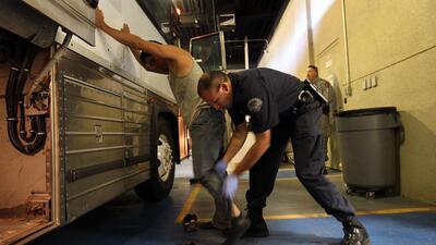 Inmigrantes con sospecha de ser indocumentados son detenidos por un agen...
