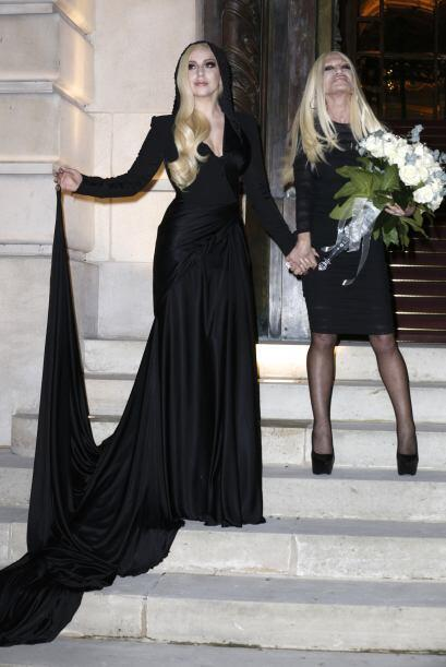 Con este atuendo se presentó Lady Gaga al desfile de Versace, del que fu...