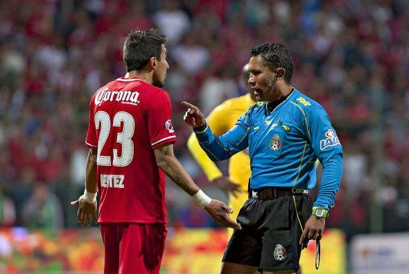 Polémico arbitraje de Fernando Guerrero, quien le perdonó una tarjeta ro...