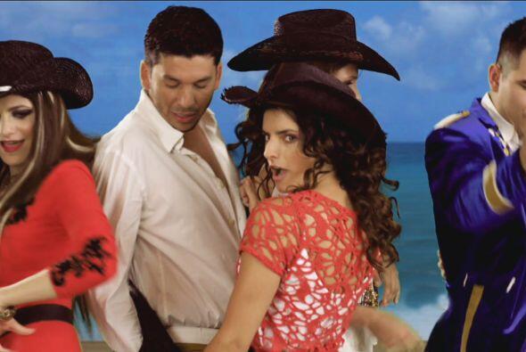 Natasha mostró sus movimientos más sensuales para impresionar al grupo.
