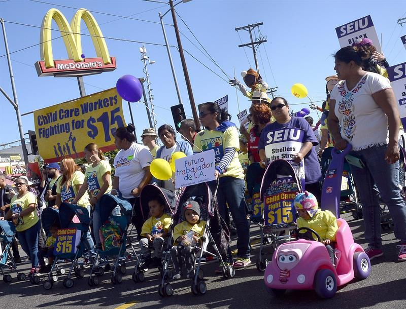 En fotos: Toman las calles por un mayor salario mínimo 63582788829334534...