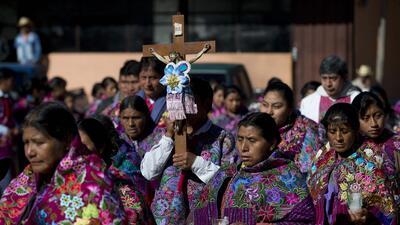 En esta imagen del 16 de enero de 2016, indígenas tzotzil participan en...