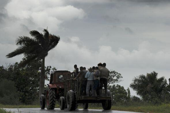 Las lluvias y los vientos de la tormenta también provocaron el cierre tr...