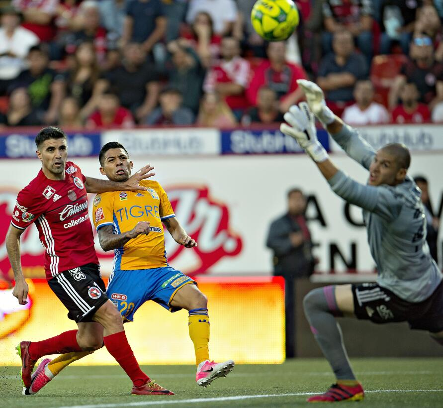 Dos zarpazos y los Tigres van por el bicampeonato ante Chivas  20170521_...