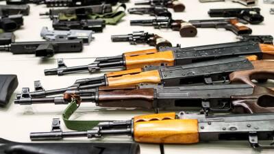 Las autoridades recogieron 364 pistolas, 237 rifles y 42 armas de asalto.