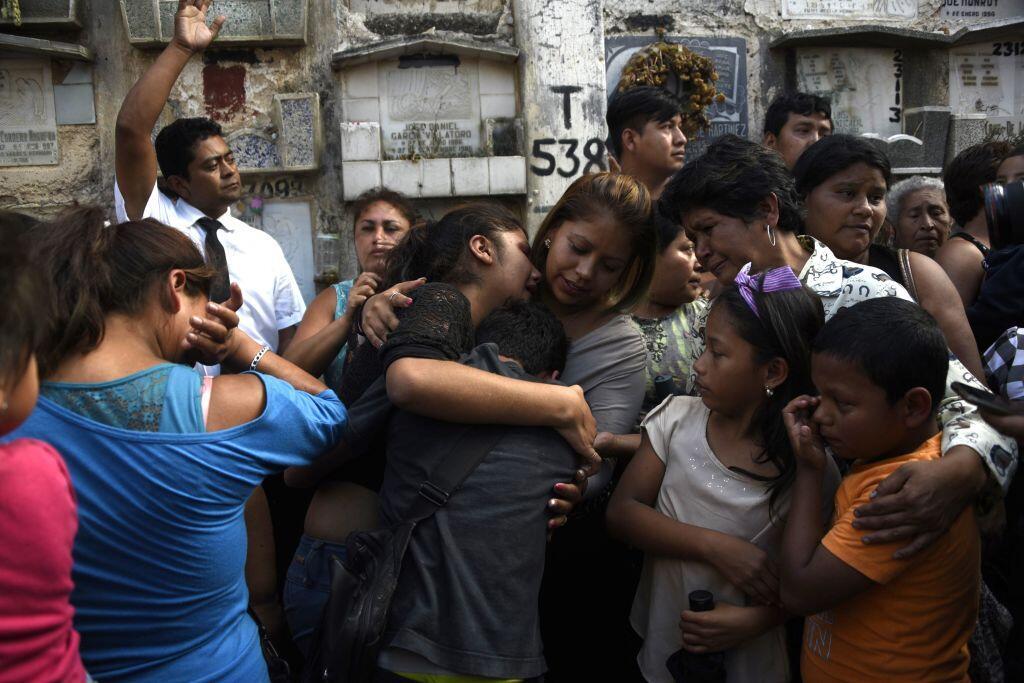 Guatemala comienza los funerales por las 36 adolescentes muertas por un...