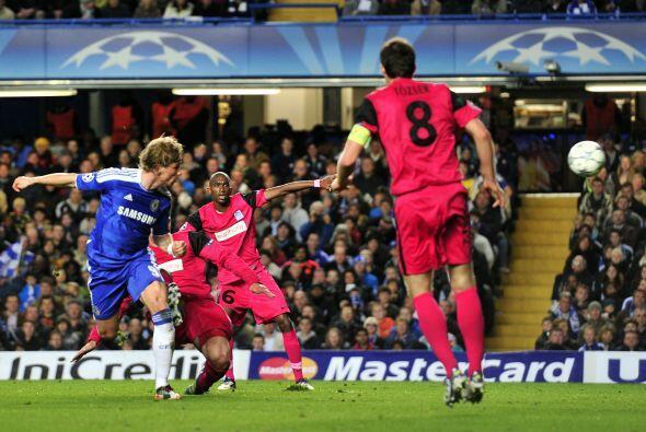 Cuando promediaba el primer tiempo, Torres apareció de cabeza y anotó el...