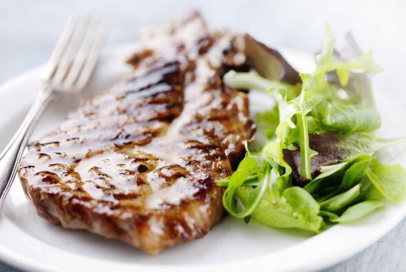 -No pongas carne cocida u otros alimentos listos para comer en un plato...