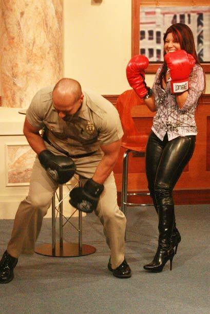 Diana Reyes ríe por lograr que el musculoso alguacil haya caído por la f...