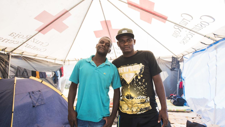 Wilfredo (izquierda) y Keny (derecha) llegaron a Brasil desde Congo en u...