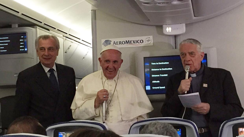 El papa Francisco respondiendo preguntas en su regreso a Roma