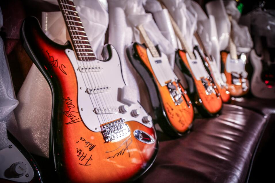 ¡La X te regala una guitarra autografiada por Maná! 1-4.jpg