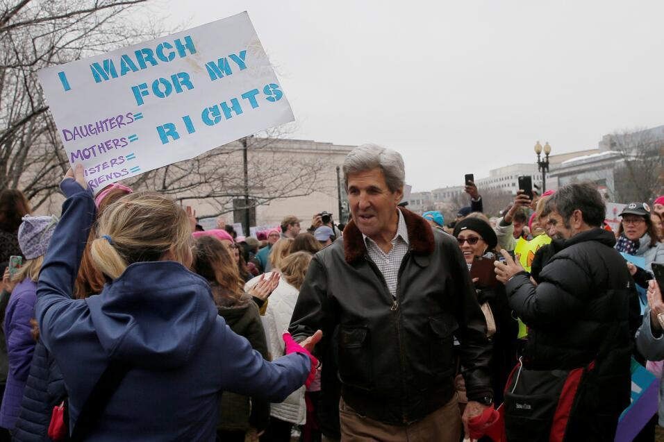 El Secretario de Estado John Kerry camina para unirse a la Marcha de Muj...