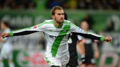 Bas Dost celebra su gol contra Bayern Leverkusen.