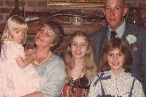 Aquí un viejo retrato familiar de los Motes, con Julia y Nancy, así como...