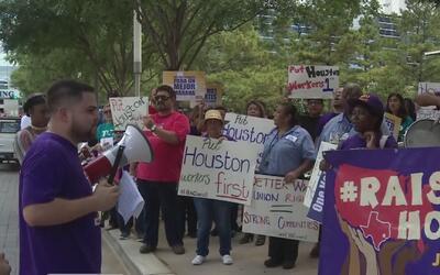 Trabajadores de la mayor compañía de limpieza de Houston protestan por a...