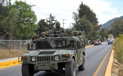 Un grupo de soldados mexicanos patrullan las calles del sureño es...