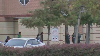Intensifican la seguridad en una escuela de Texas tras hallazgo de amenaza escrita en un baño
