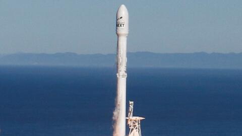 El cohete Falcon 9 de SpaceX vuelve a la Tierra tras salir de un base en...